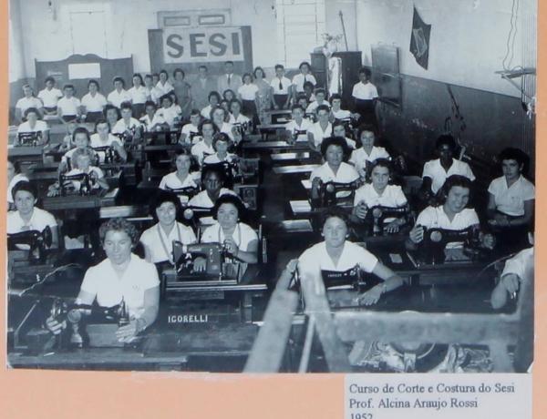Curso de corte e costura no Sesi em 1952